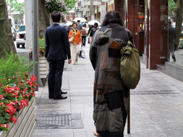 Beijing-China-Photograph-Beggar-Downtown-Rich-Suits