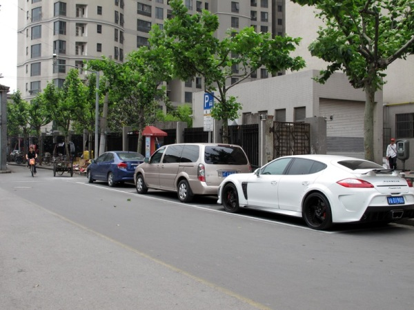 Shanghai-China-Photograph-Poverty-Alleyway-Porsche-Panamera-Turbo-2