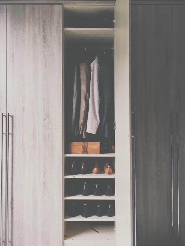 closet-minimalism-clothes-wardrobe-zen-clean