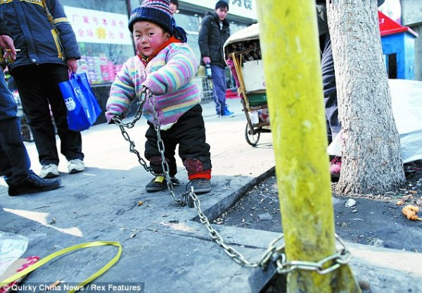 daily-mail-foreign-service-child-chained-fence-china