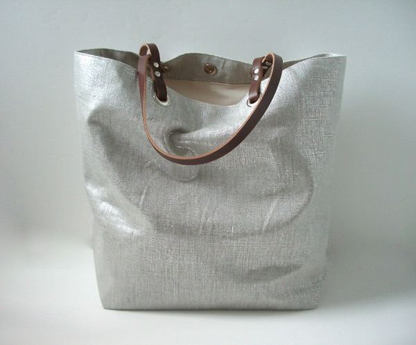 independent-reign-metallic-linen-silver-tote-2