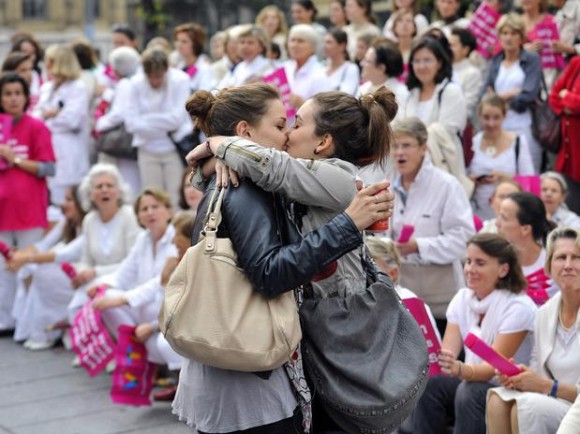 lesbian-couple-kisses-in-front-of-anti-gay-french-france-protest