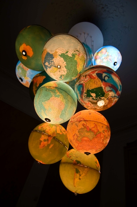 monde-a-lenvers-benoit-vieubled-world-inside-out-hanging-globes-chandelier-illuminated-2
